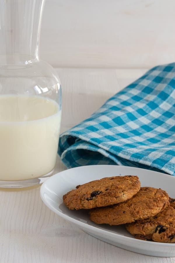 Hoogste mening van koekjes met melkfles en blauwe keukenhanddoek stock foto
