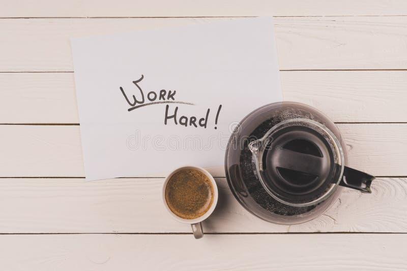 hoogste mening van kop van koffie, document blad met harde inschrijvings het werk en koffiepot op houten vector illustratie