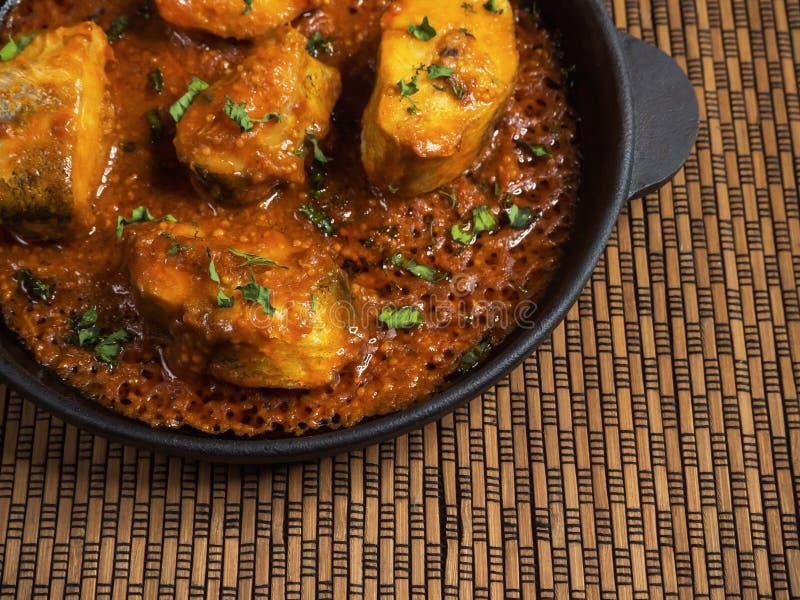 Hoogste mening van kruidige en hete Bengaalse vissenkerrie Indisch voedsel Vissenkerrie met rode Spaanse peper, kerrieblad, kokos royalty-vrije stock foto