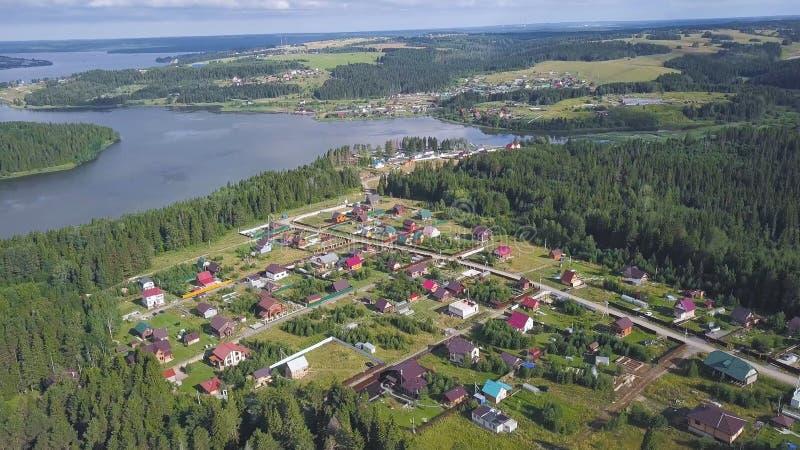 Hoogste mening van kuststad klem Plattelandshuisjedorp op bosgebied zoals Paradise van vrede en kalmte Panorama van royalty-vrije stock foto's