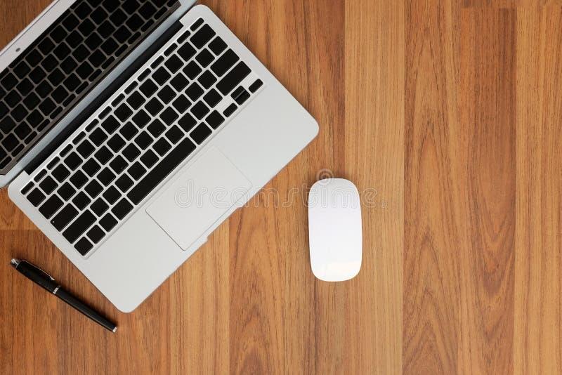 Hoogste mening van laptop zonder karakters op toetsenbord, muis en een pen op de hogere linkerhoek Heb ruimte op juist s stock foto