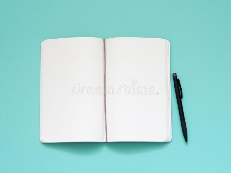 Hoogste mening van leeg notadocument met pen op aqualijst royalty-vrije stock foto's