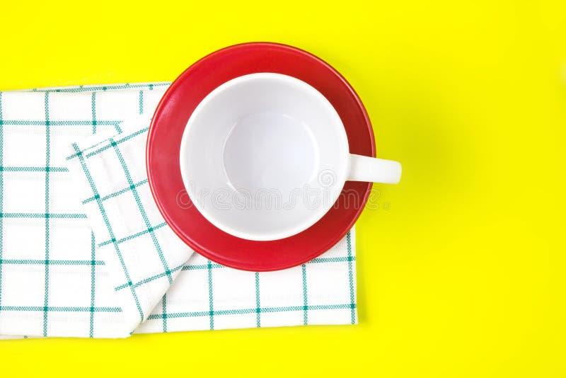 Hoogste mening van lege witte koffie of theekop met rode schotel en towe stock foto's