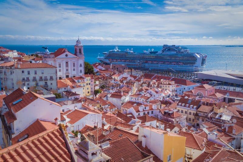 Hoogste mening van Lissabon met blauwe hemel stock afbeeldingen