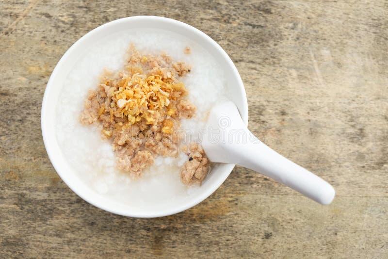 Hoogste mening van Maïsmeelpapochtend, maïsmeelpap in witte kom op de houten lijst, Thais voedsel royalty-vrije stock afbeelding