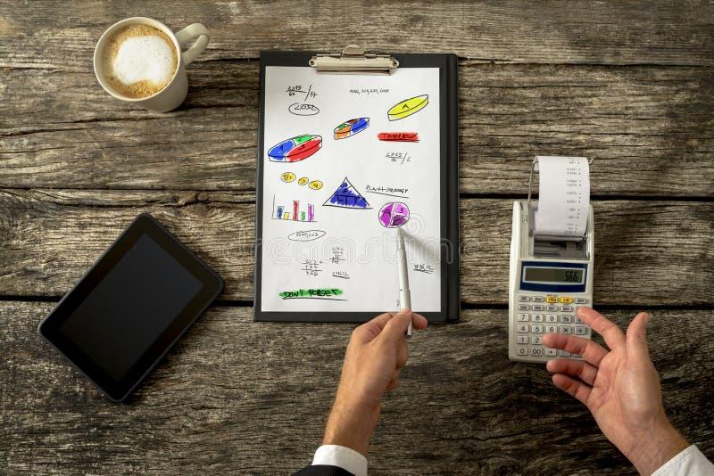 Hoogste mening van mannelijke accountant die berekeningen doen die toevoegend mach gebruiken royalty-vrije stock foto