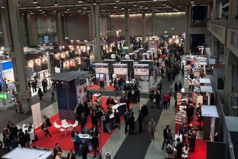 Hoogste mening van mensen en cabines bij Smau-tentoonstelling in Milaan, Italië royalty-vrije stock afbeeldingen