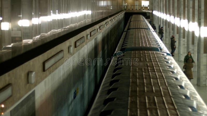Hoogste mening van metro die bij spoorwegpost aankomen stock afbeelding