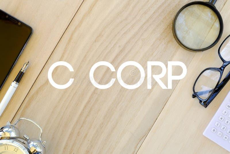 Hoogste mening van mobiel telefoon, pen, klok, calculator, glazen, en vergrootglas op houten achtergrond die met C Corp wordt ges vector illustratie