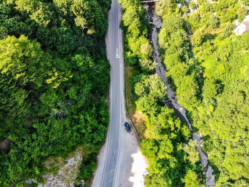 Hoogste mening van moderne die weg in de zomerbergen door hommel worden genomen royalty-vrije stock afbeelding