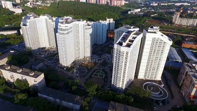 Hoogste mening van moderne woon complex met hoge mooie huizen klem Een groot venster in een flatgebouw velen stock fotografie