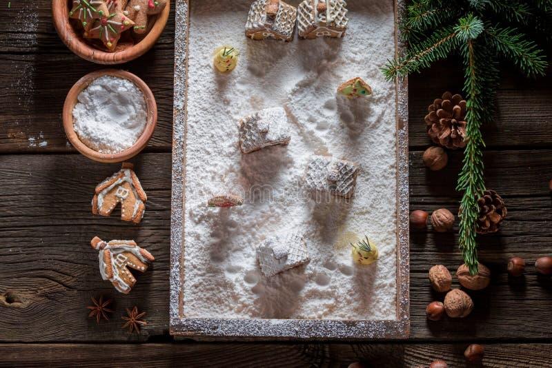 Hoogste mening van mooie en smakelijke peperkoekplattelandshuisjes voor Kerstmis stock foto