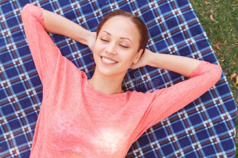 Hoogste mening van mooie vrouw tijdens picknick royalty-vrije stock afbeelding
