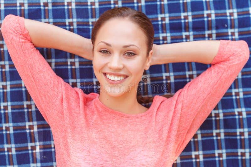 Hoogste mening van mooie vrouw tijdens picknick stock foto's