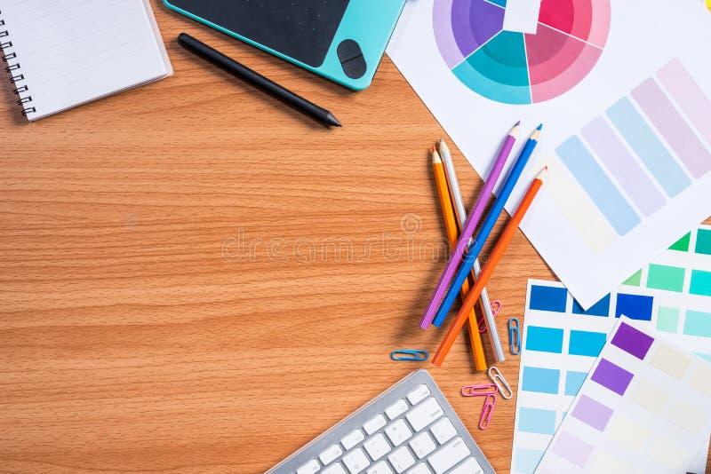 Hoogste Mening van ontwerper werkend bureau stock afbeelding