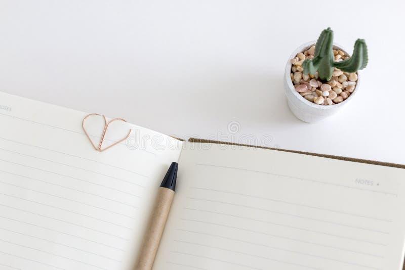 Hoogste mening van open lege notitieboekje of agenda met een pen, hartvorm royalty-vrije stock foto