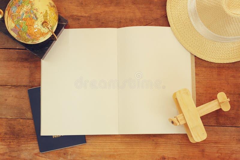 Hoogste mening van open lege notitieboekje en polaroid lege fotografiekaders naast kop van koffie over houten lijst klaar voor mo royalty-vrije stock afbeeldingen