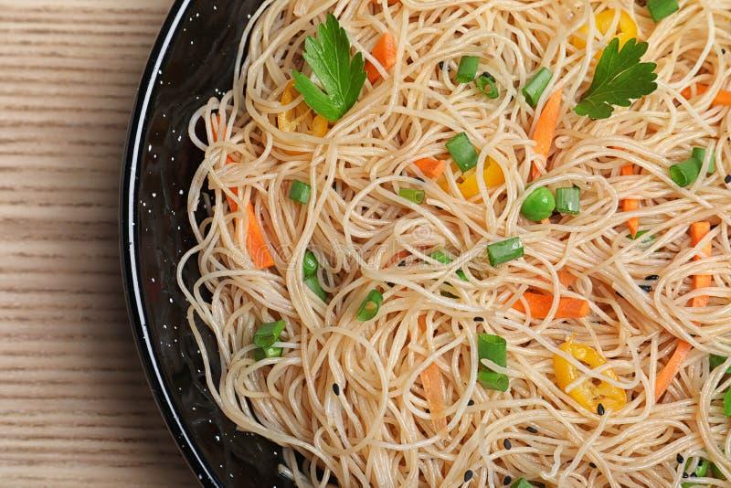 Hoogste mening van pan met heerlijke Aziatische noedels en groenten op lijst royalty-vrije stock afbeelding