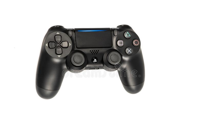 Hoogste mening van PlayStation Dualshock 4 zwart draadloos videospelletjecontrolemechanisme dat op witte achtergrond wordt geïsol royalty-vrije stock foto