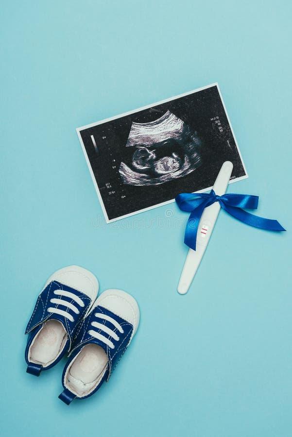 Hoogste mening van regeling van kinderachtige schoenen, echoscopie en zwangerschapstest met lint stock afbeeldingen