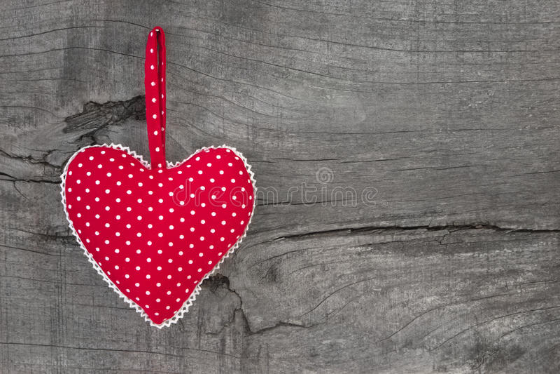 Hoogste mening van rode gestippelde hartdecoratie op houten achtergrond - c royalty-vrije stock fotografie