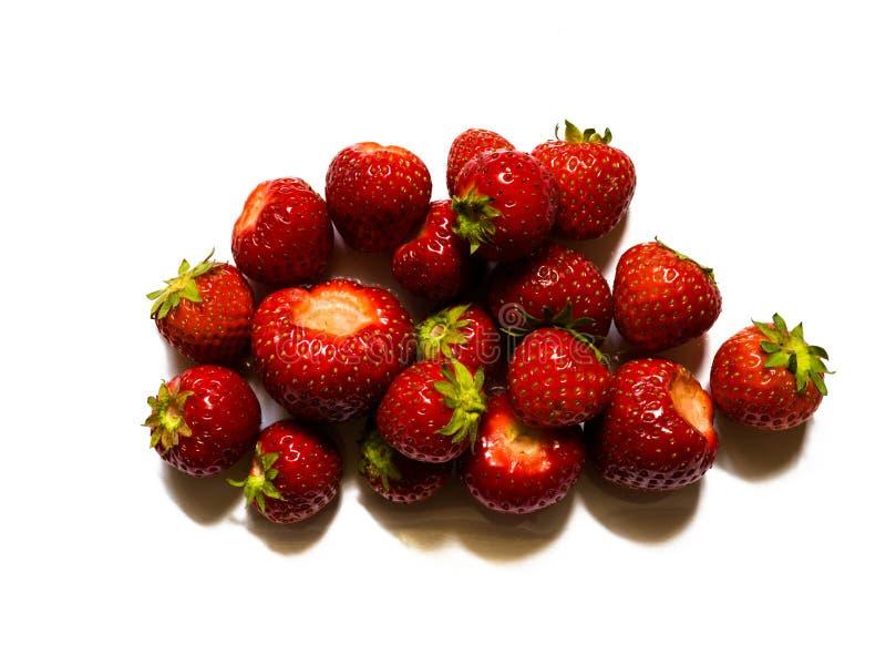 Hoogste mening van rode, smakelijke aardbeien op witte achtergrond royalty-vrije stock foto