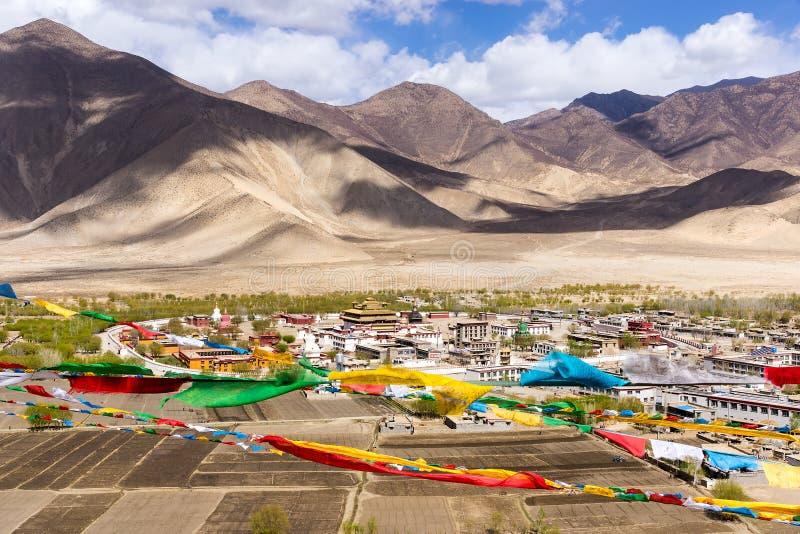 Hoogste mening van Samye-klooster, met de waaier van Himalayagebergte op achtergrond - Tibet stock afbeeldingen