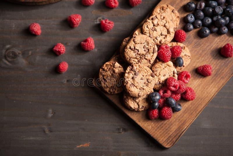 Hoogste mening van smakelijk eigengemaakt dessert met melk en bosbessen op houten raad stock afbeelding
