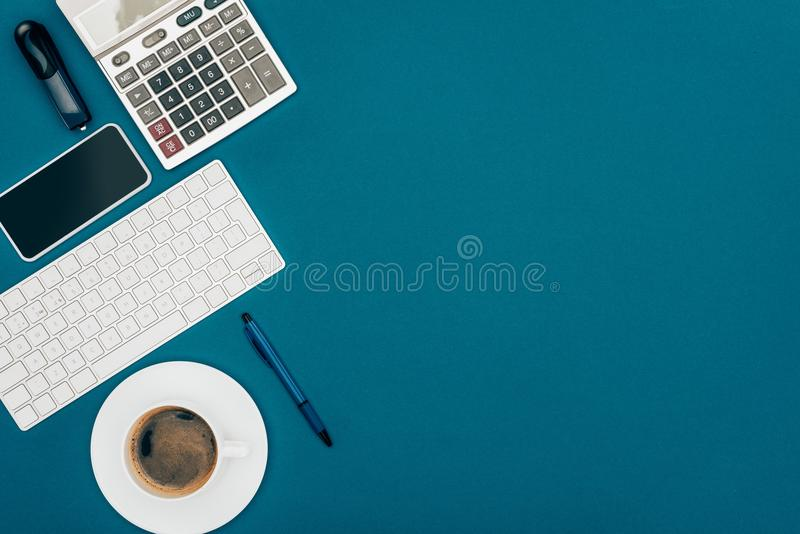hoogste mening van smartphone, toetsenbord en calculator royalty-vrije stock foto