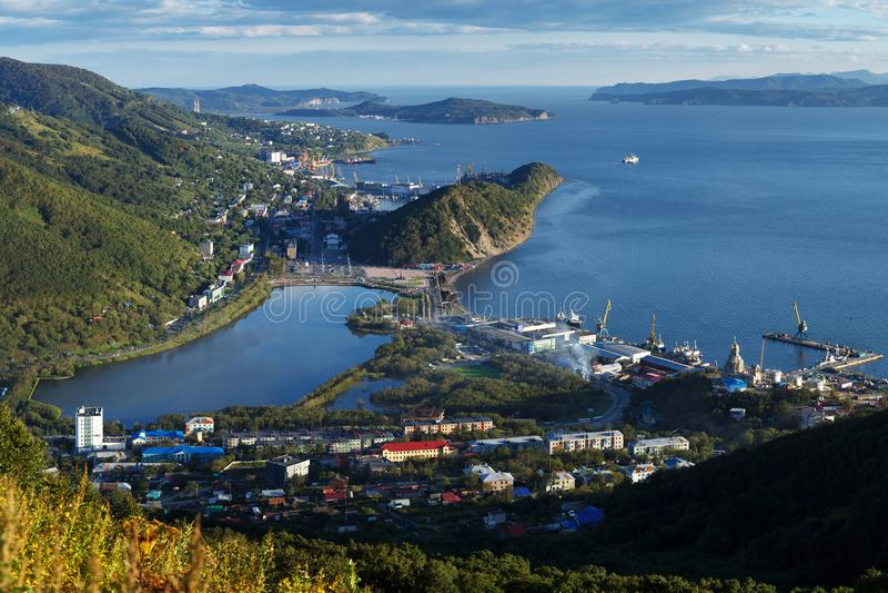 Hoogste mening van Stad Petropavlovsk-Kamchatsky, Avachinskaya-Baai en Vreedzame Oceaan stock afbeelding