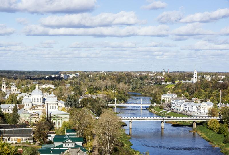 Hoogste mening van stad Torzhok van rivier Twerza royalty-vrije stock afbeelding