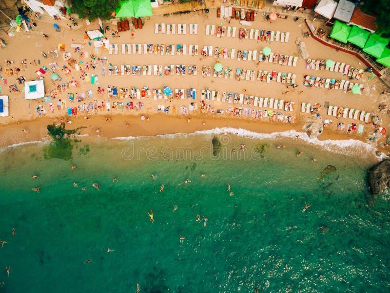 Hoogste mening van strand De luchtmening van zandig strand met toeristen zwemt stock foto's