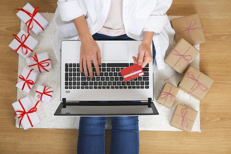 Hoogste mening van studentenmeisje die Internet surfen, online winkelend op laptop en cellphone, houdend debet/creditcard, ingaan royalty-vrije stock foto