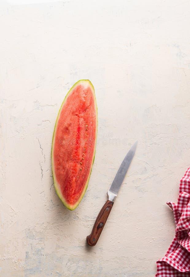 Hoogste mening van stuk van watermeloen op witte lijst met mes Sappig verfrissend de zomervoedsel stock fotografie