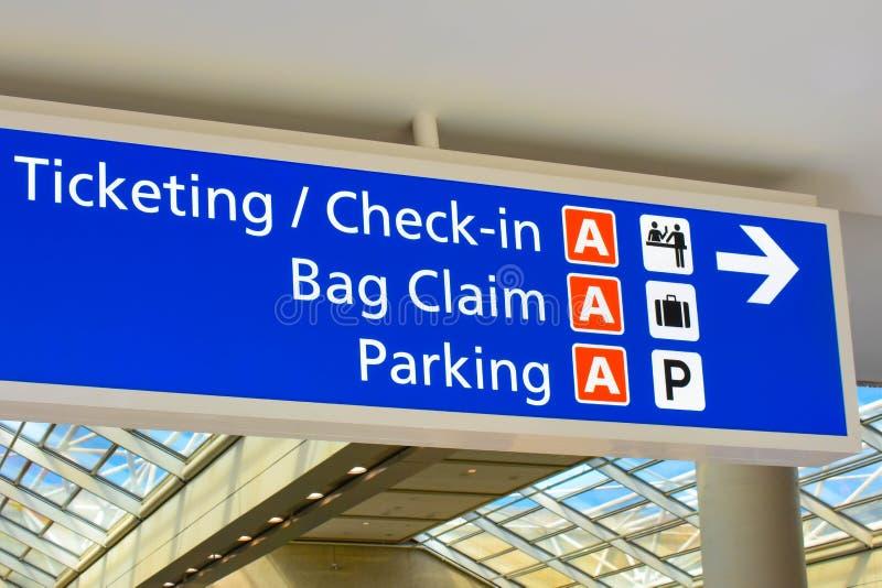 Hoogste mening van Terminal een Etikettering en Controleteken in Orlando International Airport royalty-vrije stock afbeeldingen