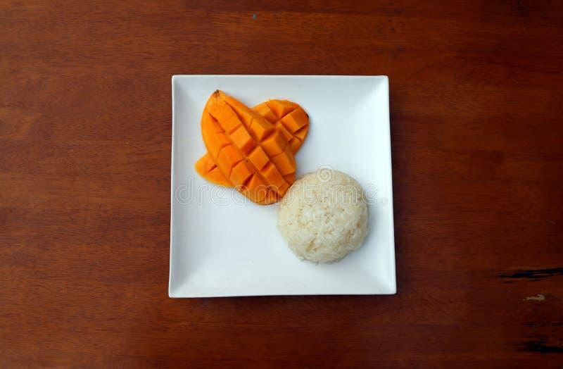 Hoogste mening van Thaise mango kleverige rijst in de witte vierkante schotel op de lijst stock fotografie