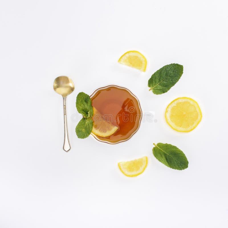 hoogste mening van thee in glas, lepel, citroenplakken en pepermunt stock foto