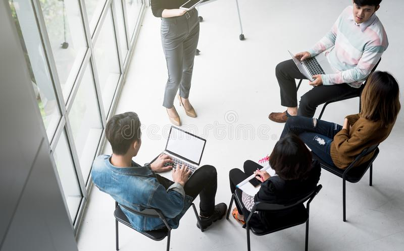 Hoogste mening van toevallige commerciële teammensen die conferentiebespreking collectief in bureau ontmoeten stock fotografie