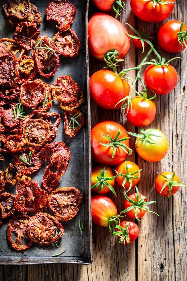 Hoogste mening van tomaten droog in de zon stock afbeelding