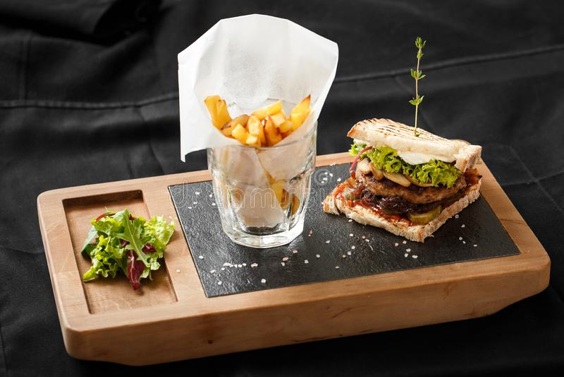Hoogste mening van toost met gebraden bacon en aardappels royalty-vrije stock afbeelding