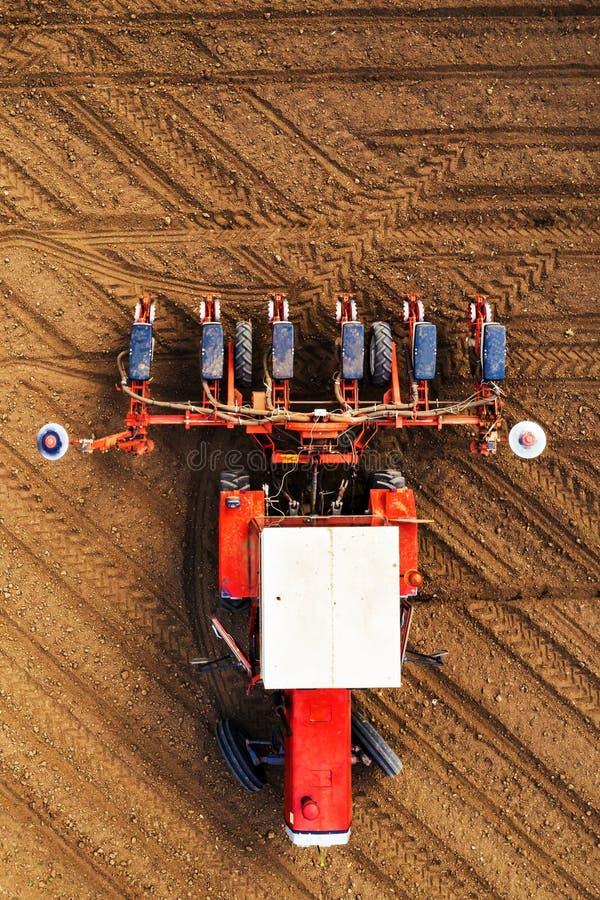 Hoogste mening van tractor met zaaimachine van hommel POV stock foto's