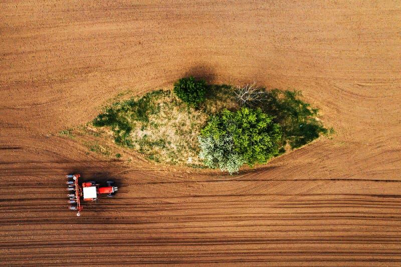Hoogste mening van tractor met zaaimachine van hommel POV stock fotografie