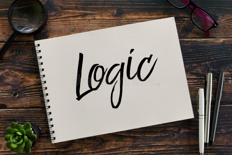 Hoogste mening van vergrootglas, installatie, pen, zonnebril en notitieboekje dat met Logica wordt geschreven royalty-vrije stock foto