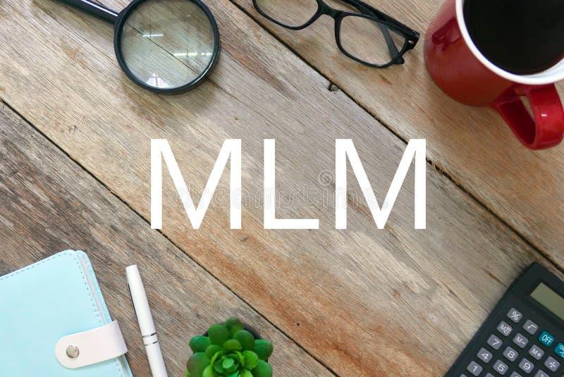 Hoogste mening van vergrootglas, zonnebril, een kop van koffie, calculator, installatie, pen en notitieboekje op houten die achte stock foto