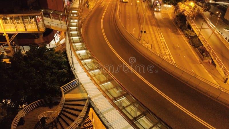 Hoogste mening van verkeer op de brug in Hong Kong voorraad Verbinding van een luchtparade en een weg met zich voertuiglichten he stock fotografie