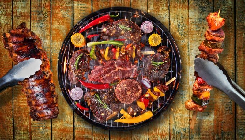 Hoogste mening van vers die vlees en groente bij de grill op houten p wordt geplaatst royalty-vrije stock fotografie