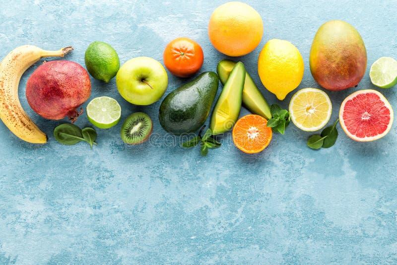 Hoogste mening van verschillende geselecteerde sappige organische tropische vruchten stock afbeeldingen