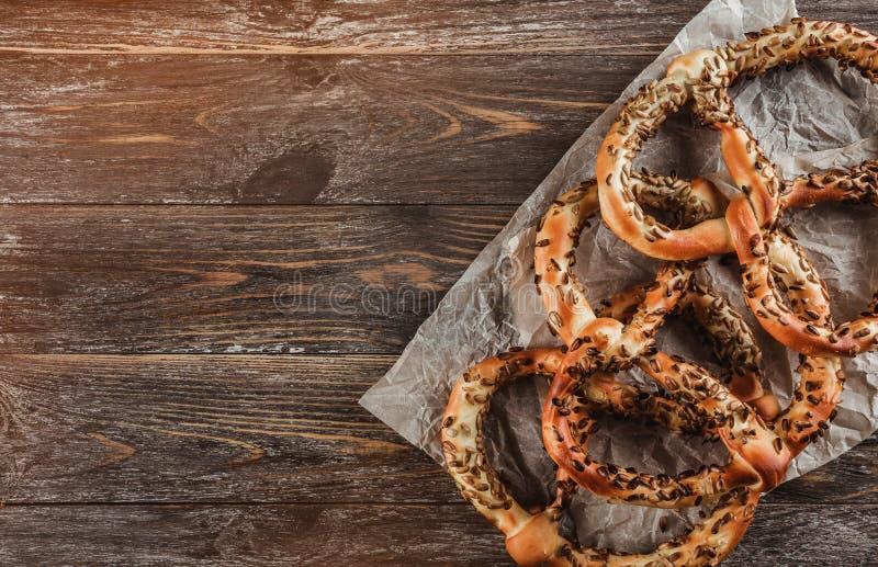 Hoogste mening van verse gebakken smakelijke pretzels met sesamzaden Selectieve nadruk op de pretzels royalty-vrije stock afbeelding