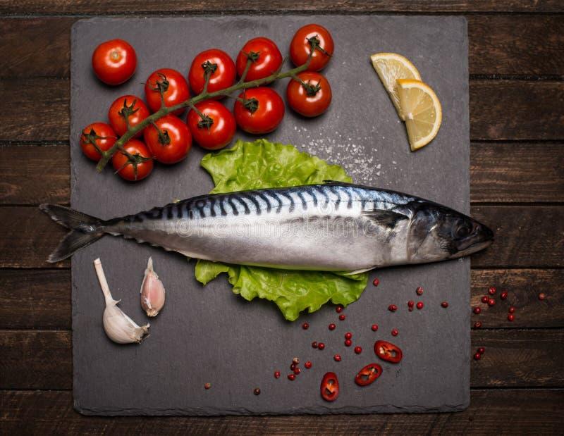Hoogste Mening van Verse Ruwe Gehele Vissenmakreel op Lei Scherpe Raad royalty-vrije stock foto