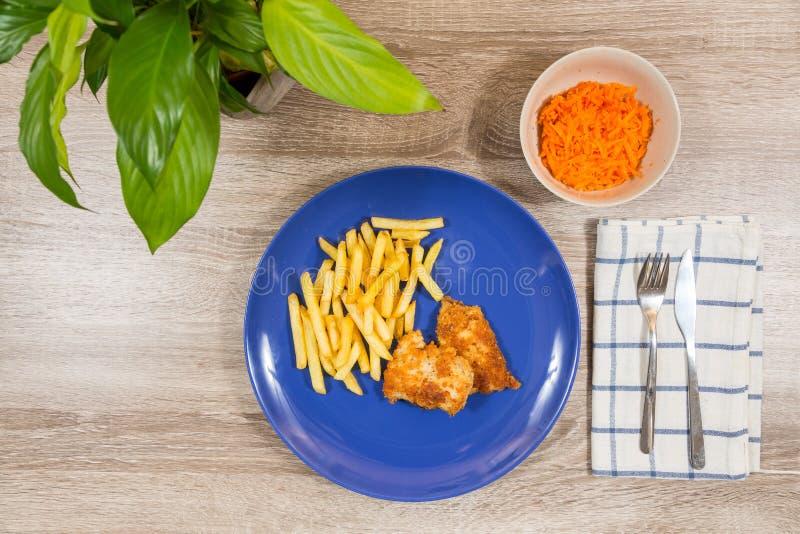Hoogste mening van vis met patat en een salade van de komwortel als kant stock fotografie
